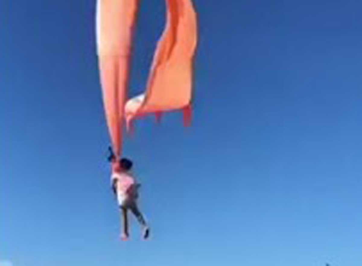 Una bambina di tre anni vola in aria... trasportata da un aquilone