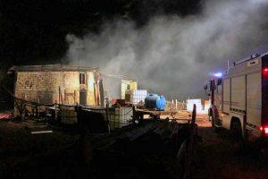 Rimessaggio in fiamme a Ischia di Castro