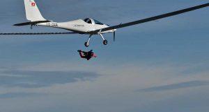 Il primo lancio col paracadute da un aereo elettrico