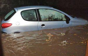 Un'auto sommersa dalla pioggia a porta San Pietro