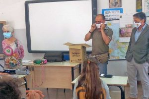 Bolsena - L'Avis consegna una mascherina, una borraccia e una penna ai bambini delle scuole