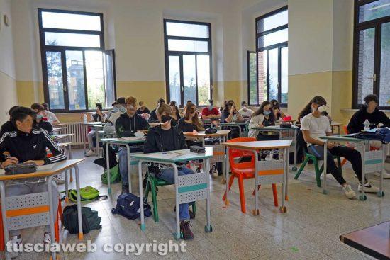 Viterbo - Un'aula di studenti il primo giorno di scuola