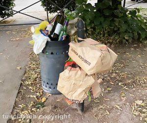 Viterbo - Cartoni di pizza, involucri e bottiglie vuote nel parchetto di via Carlo Cattaneo