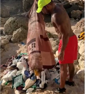 Lewis Hamilton raccoglie rifiuti sulla spieggia a Mykonos