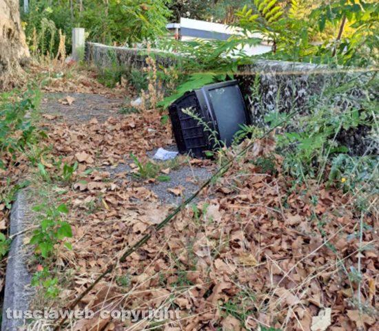 Viterbo - Il televisore trovato da Alberto Saccarello davanti alla stazione di Porta Romana