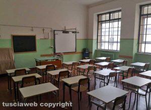 Coronavirus - I banchi distanziati in una scuola