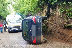Viterbo - Auto fuori strada in strada Cuculo