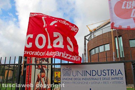 Viterbo - La manifestazione dei comitati di lotta davanti alla sede di Unindustria