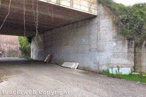 Viterbo - Materasso abbandonato all'uscita di Viterbo sud