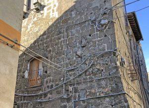 Cavi sui palazzi a Bagnaia