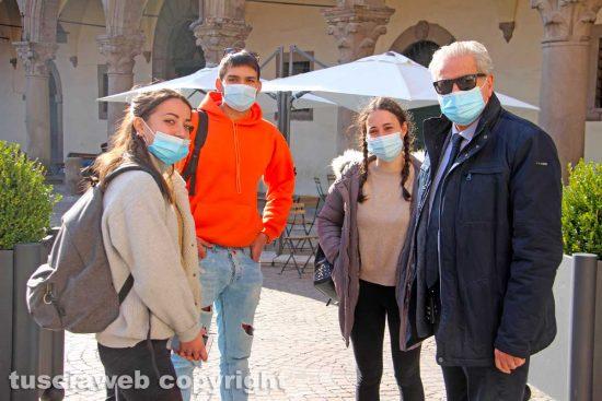 Viterbo - Il sindaco Giovanni Arena con alcuni studenti dell'Istituto Santa Rosa
