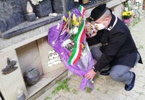 Civitavecchia - Paolo Giardini (Ansi) depone dei fiori in omaggio a Cuomo