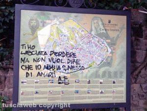 Viterbo - Cartello turistico imbrattato