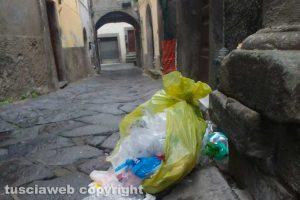Viterbo - Immondizia in centro storico
