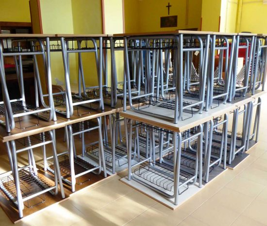 I nuovi banchi di scuola e le sedie