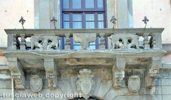 Viterbo - Il balcone di piazza del comune