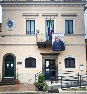 Villa San Giovanni in Tuscia - Il volto di Maurizio Cupelli sul palazzo comunale