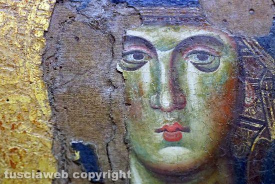 Viterbo - Museo Civico - Madonna in trono del XIII secolo con fenditura della tela e sollevamento vicino all'occhio