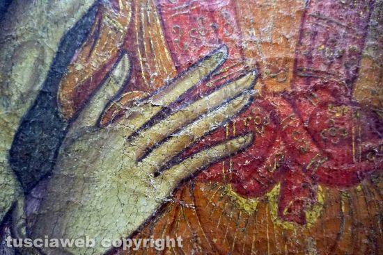 Viterbo - Museo civico - Anonimo, Madonna con Bambino, XIII secolo n- Particolare dei sollevamenti sulla mano sinistra della Vergine