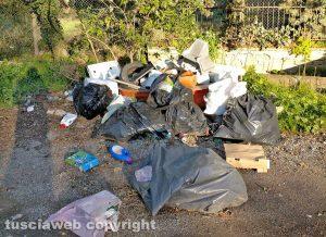 Viterbo - Cumulo di rifiuti al quartiere Ellera