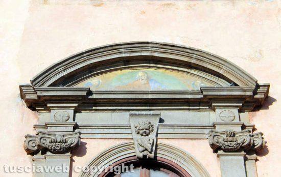 Viterbo - La lunetta affrescata del balcone di piazza del comune
