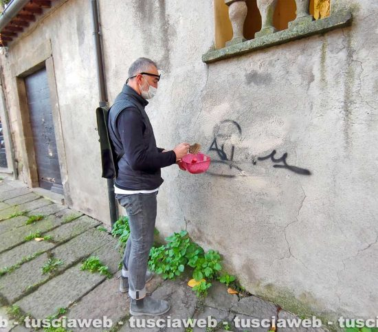 Viterbo - Raffaele Ascenzi ripulisce il muro di casa