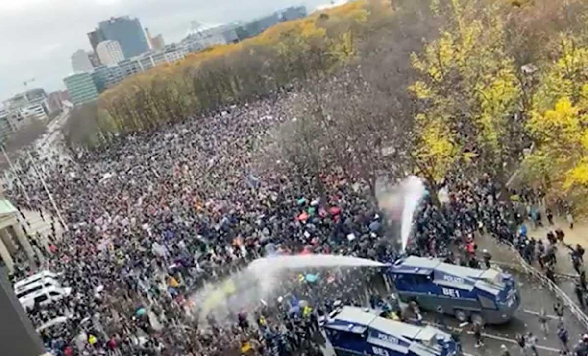 Berlino, scontri tra manifestanti e polizia per le norme anti-Covid