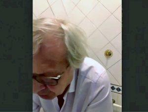 Vittorio Sgarbi collegato dal bagno