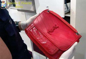 Roma - Finanza - Sequestrati 600 pezzi contraffatti, tra borse, cinture e portafogli