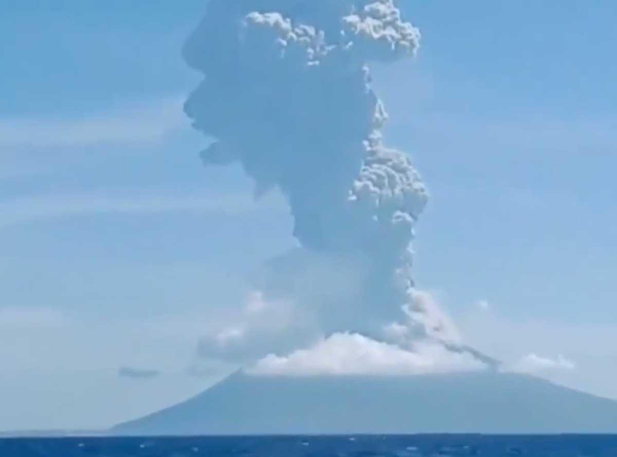 Esplode di un vulcano in Indonesia, popolazione in fuga