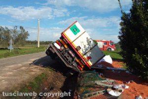 Tuscania - Camion perde il controllo e finisce in una cunetta