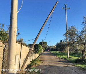 Palo telefonico pericolante a Ponte di Cetti