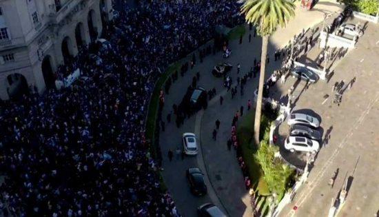 La folla ai funerali di Maradona