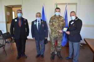 Giardini consegna la targa ricordo al colonnello Ceccaroli