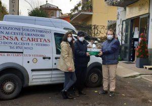 L'enoteca La giara consegna i panettoni alla mensa della Caritas