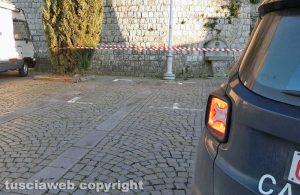 Montefiascone - Sasso colpisce auto in sosta - L'intervento dei carabinieri