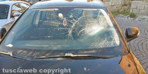 Montefiascone - L'auto colpita dal sasso caduto dal muro della Rocca dei Papi