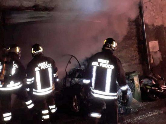 Ronciglione - Auto prende fuoco, evacuata una palazzina