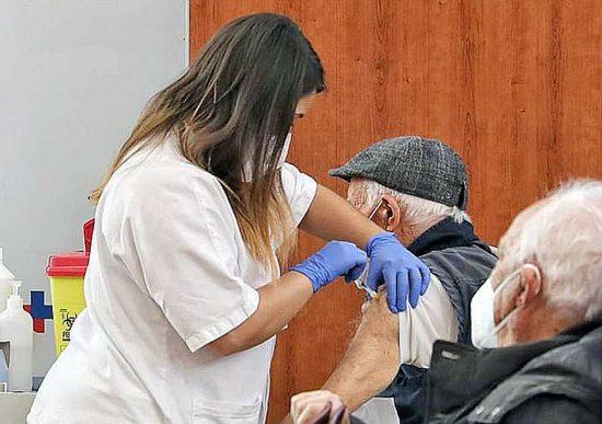 Coronavirus - Vaccino su un over 80