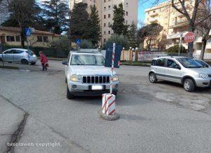 Viterbo - Auto parcheggiate in modo ad creare disagio in via Monte Cervino