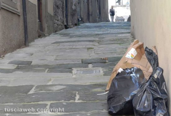 Viterbo - Sacchi e cartoni abbandonati via del Gesù