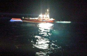 Barchino si rovescia, intervento della guardia costiera
