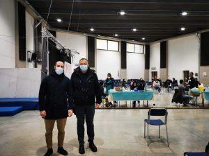 Viterbo - Il consigliere Matteo Achilli e don Pino al centro di vaccinazione anti Covid alla Grotticella