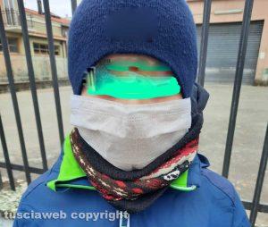 Un bimbo con la mascherina