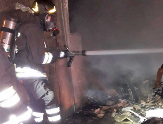 Ronciglione - Auto prende fuoco, evacuata una palazzina - I vigili del fuoco in azione