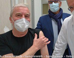 Michele Fiore (Fimmg) mentre si vaccina contro il Covid