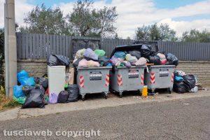 Viterbo - I rifiuti in strada due Casali