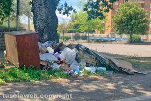 Viterbo - I rifiuti abbandonati nel parcheggio