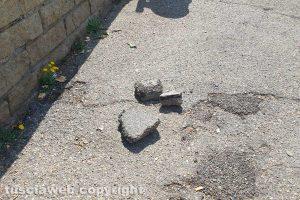 Viterbo - Pezzi di asfalto in via della Pila