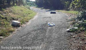 Ronciglione - Immondizia in mezzo alla strada per Pian del Fico